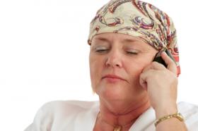 cancerdrabbad kvinna i mobil